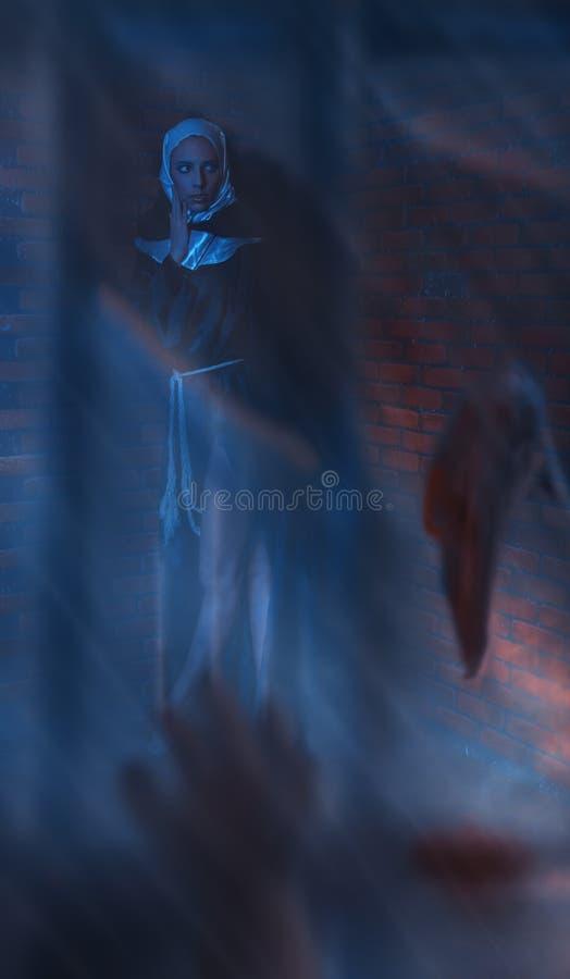 Erschrockenes Mädchen nen hinter defektem Glas lizenzfreie stockfotos