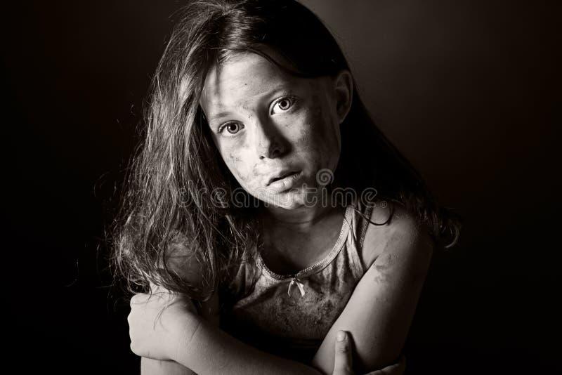 Erschrockenes und schmutziges Brown-behaartes Kind lizenzfreie stockfotos