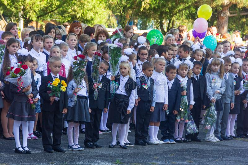 Erst-Sortierer mit Blumensträußen von Blumen in ihren Händen und in hohen Schülern am Tag des Wissens am 1. September im schoo lizenzfreies stockbild