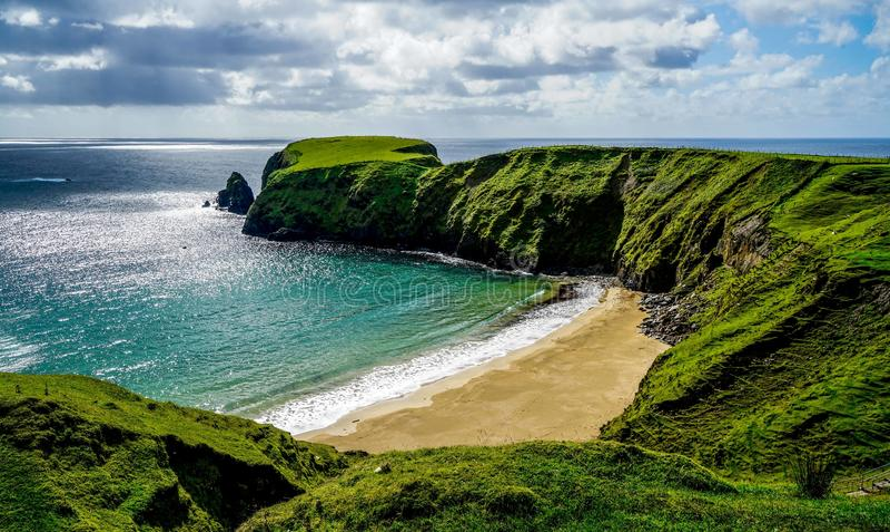 Erstaunlich schöner Crescent Shaped Beach lizenzfreies stockbild