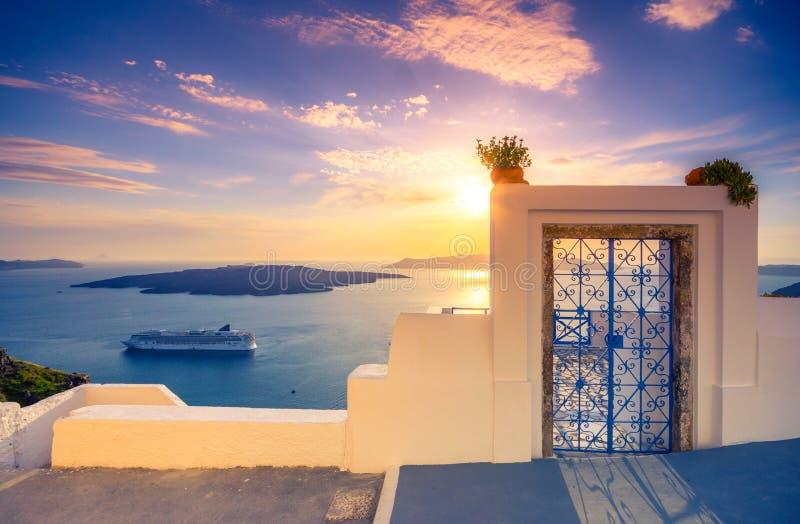 Erstaunliche Abendansicht von Fira, Kessel, Vulkan von Santorini, Griechenland stockfotos