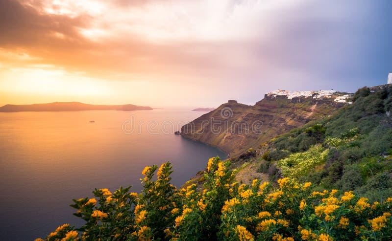 Erstaunliche Abendansicht von Fira, Kessel, Vulkan von Santorini, Griechenland lizenzfreie stockbilder