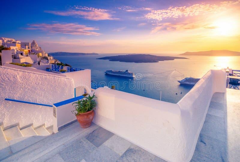 Erstaunliche Abendansicht von Fira, Kessel, Vulkan von Santorini, Griechenland mit Kreuzschiffen bei Sonnenuntergang lizenzfreie stockfotos