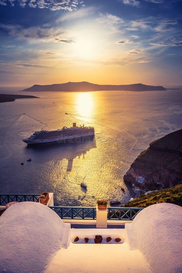 Erstaunliche Abendansicht von Fira, Kessel, Vulkan von Santorini, Griechenland mit Kreuzschiffen bei Sonnenuntergang lizenzfreies stockfoto