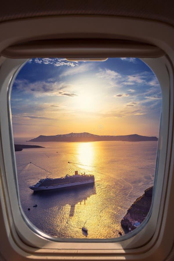 Erstaunliche Abendansicht von Fira, Kessel, Vulkan von Santorini, Griechenland mit Kreuzschiffen bei Sonnenuntergang stockfotos