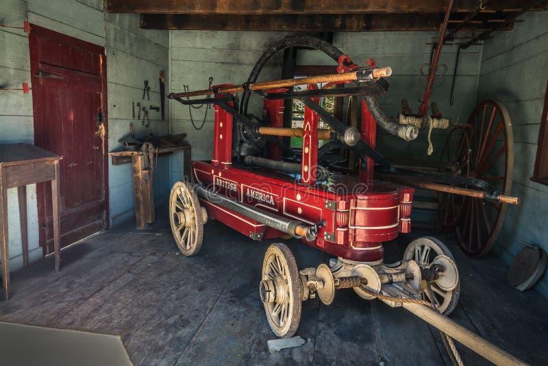Erstaunliche Ansicht der alten Weinlese, Retro-, klassisches Feuerlöschpumpefahrzeug, Anhänger in der Garage stockfotografie