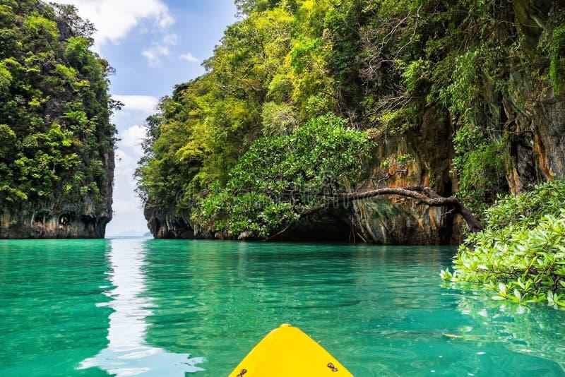 Erstaunliche Ansicht der Lagune in Koh Hong-Insel vom Kajak Standort: stockfotos