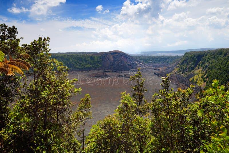 Erstaunliche Ansicht der Vulkan-Krateroberfläche Kilauea Iki mit zerbröckelndem Lavafelsen im Vulkan-Nationalpark in der großen I stockbild