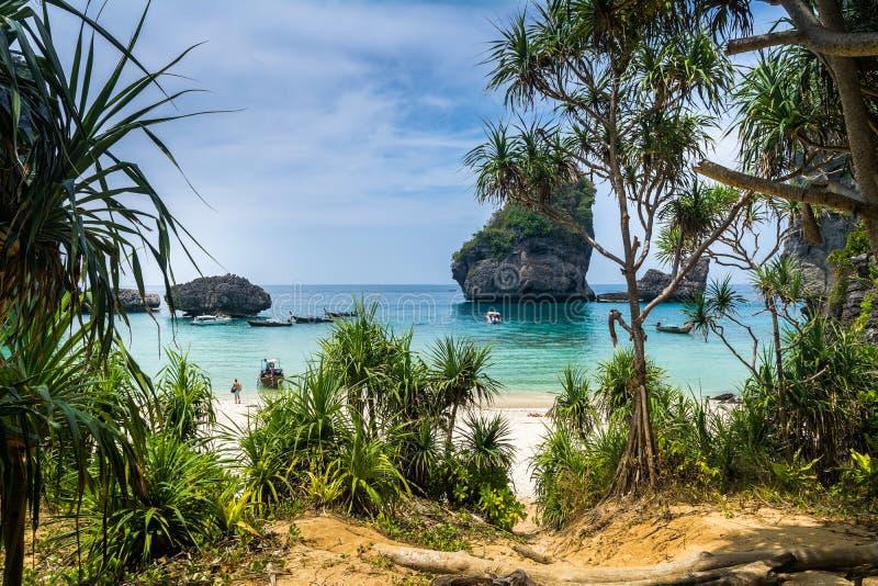 Erstaunliche Ansicht des schönen Strandes auf Phi Phi Island mit longtale stockbilder
