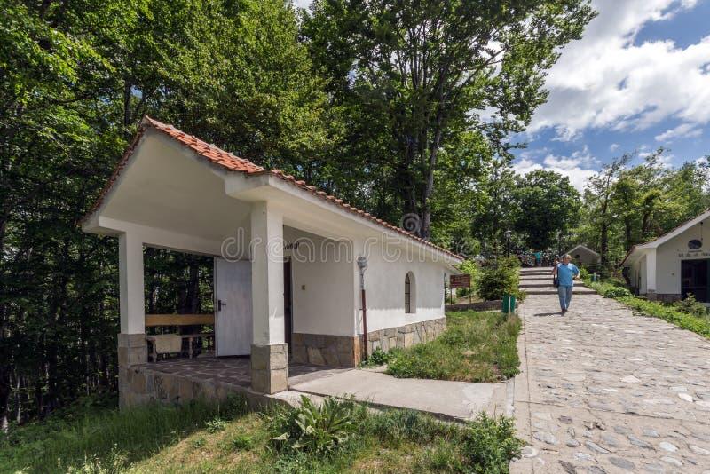Erstaunliche Ansicht von Kirchen im Krastova-gora Kreuz-Wald, Rhodope-Berg, Bulgarien stockfotografie