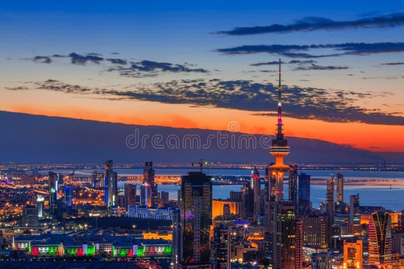 Erstaunliche Ansicht von Kuwait-Gebäuden bei Sonnenuntergang lizenzfreie stockfotos