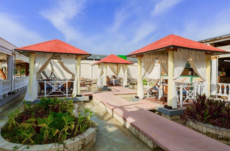 erstaunliche Ansicht von Ligusterabendessen Gazebos im Freien bei Playa lizenzfreies stockfoto