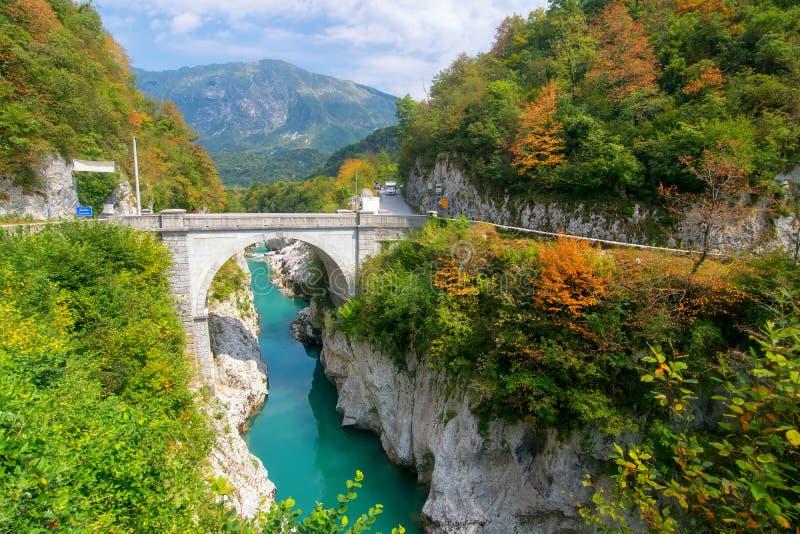 Erstaunliche Ansicht von Soca-Fluss und von Napoleon' s-Brücke nahe Kobarid, Slowenien lizenzfreies stockbild