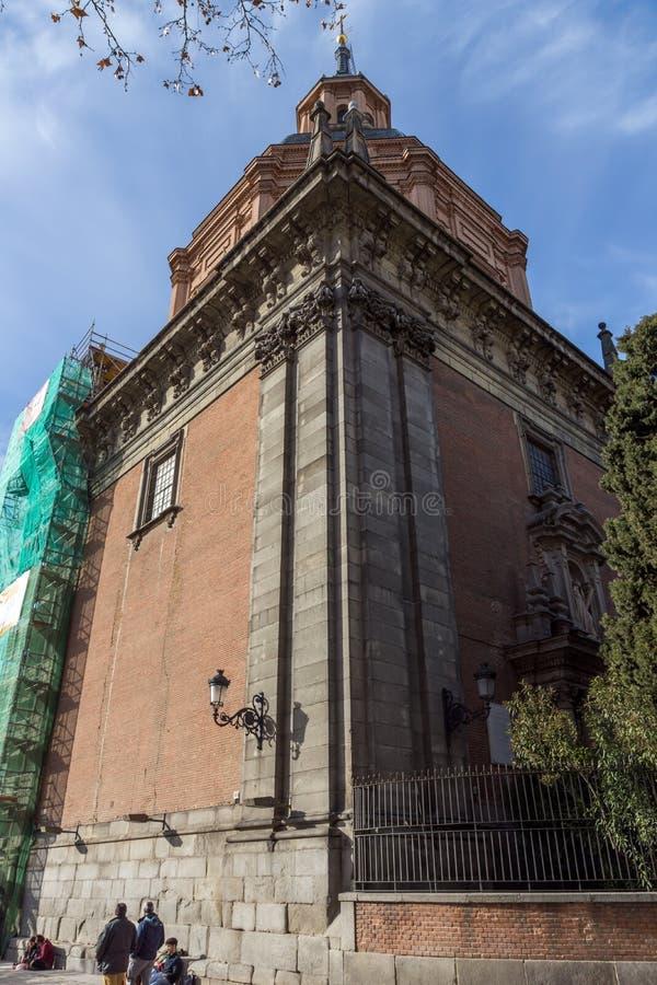 Erstaunliche Ansicht von St. Andrew Church in der Stadt von Madrid, Spanien lizenzfreie stockfotos