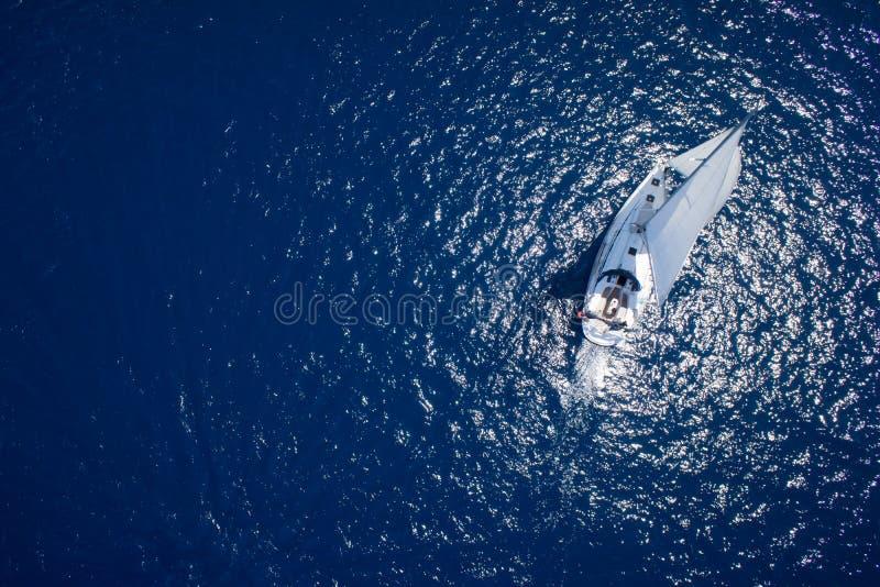 Erstaunliche Ansicht Yacht Segeln in der hohen See am windigen Tag Brummenansicht - Vogelaugenwinkel stockbilder