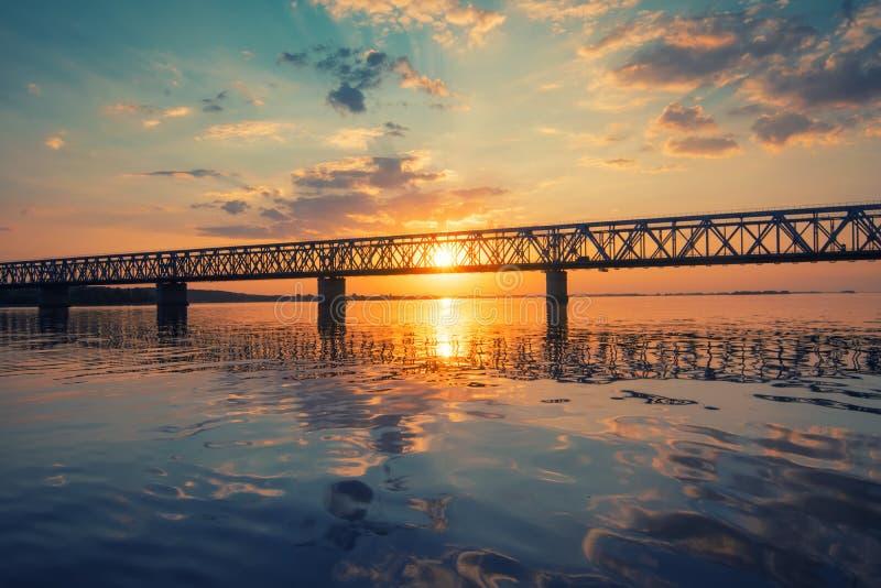 Erstaunliche Ansicht zur Brücke über dem Dnieper-Fluss, Cherkasy, Ukraine bei Sonnenuntergang lizenzfreie stockfotografie