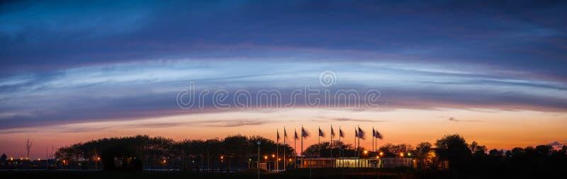 Erstaunliche blaue Stunde über Flaggen-Piazza, New-Jersey stockfoto