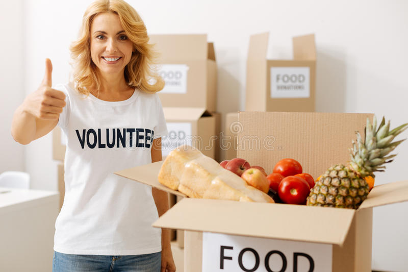 Erstaunliche enthusiastische Frauenfunktion als Freiwilliger lizenzfreie stockfotografie