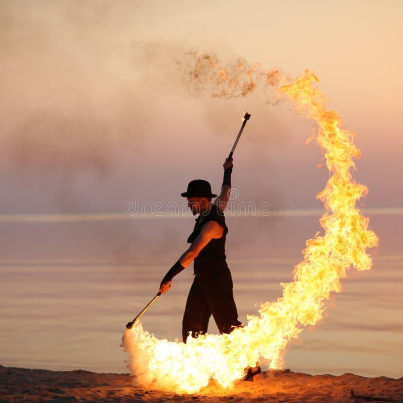 Erstaunliche Feuershow auf dem Strand lizenzfreie stockfotografie
