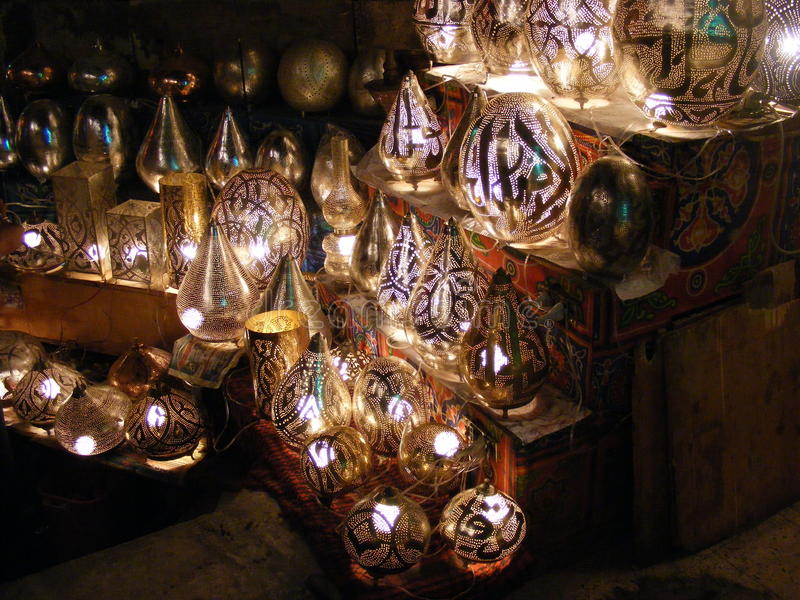 Erstaunliche glänzende Laternen in Khan-EL-khalili souq Markt mit arabischer Handschrift auf ihr in Ägypten Kairo lizenzfreie stockbilder