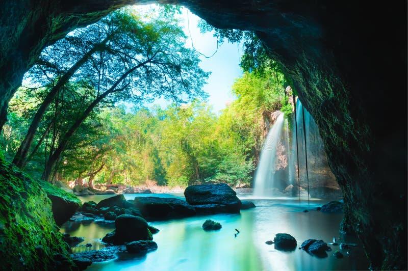 Erstaunliche Höhle im tiefen Wald mit schönem Wasserfallhintergrund an Wasserfall Haew Suwat in Nationalpark Khao Yai lizenzfreies stockfoto