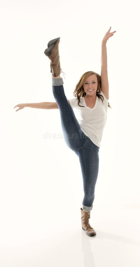 Erstaunliche junge Frau im weißen T-Shirt und in den Jeans - hoher Tritt stockfotos