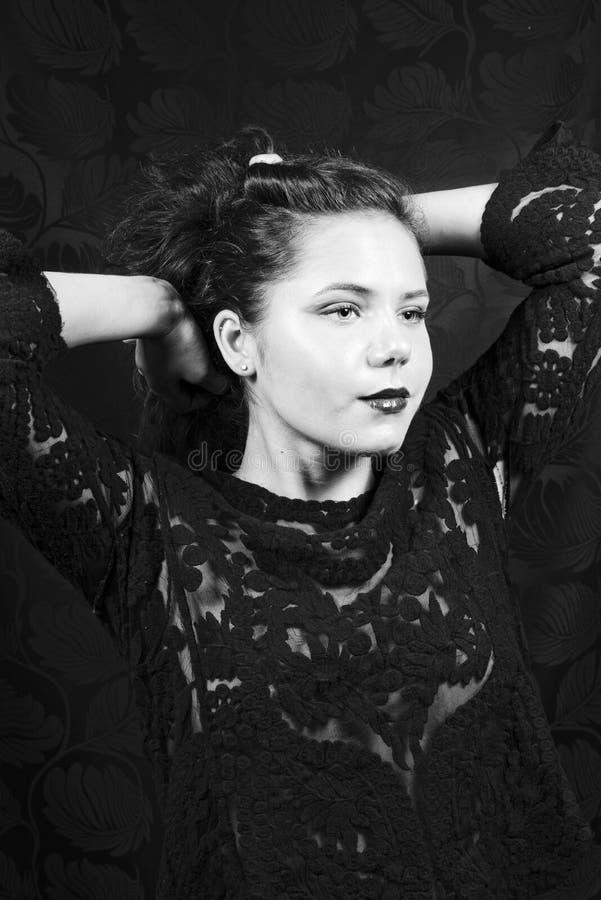Erstaunliche junge Frau in schwarzem Lacy Blouse stockfotografie