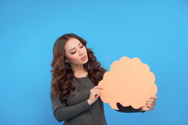 Erstaunliche junge Frau, welche die Zeichensprache-Blasenfahne schaut ha zeigt stockfotografie