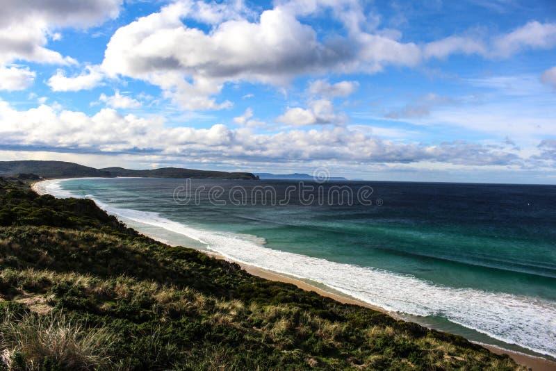 Erstaunliche Küste mit schönem Himmel lizenzfreie stockfotografie