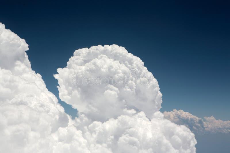 Erstaunliche Kumuluswolkenanordnung im dunkelblauen Himmel lizenzfreies stockbild
