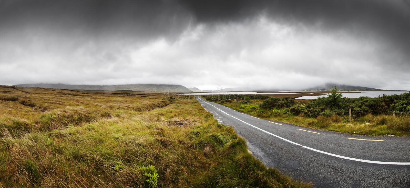 Erstaunliche Land-Datenbahn in Connemara lizenzfreies stockfoto