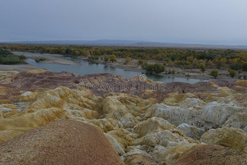 Erstaunliche Landschaft des Regenbogen-Strandes in Xinjiang China lizenzfreies stockbild