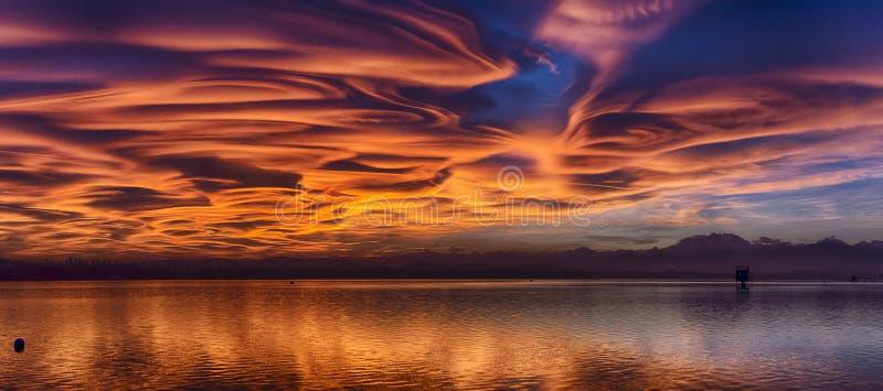 Erstaunliche lentikulare Wolken bei dem Sonnenuntergang stockbilder