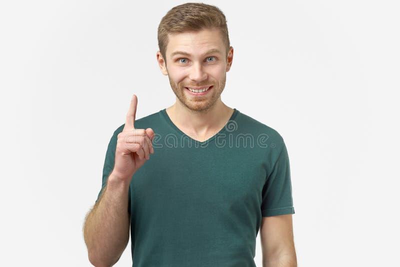 Erstaunliche männliche Punkte mit dem Vorderfinger aufwärts, erhält er eine gute Idee oder guten Nachrichten über eine erfolgreic lizenzfreie stockbilder