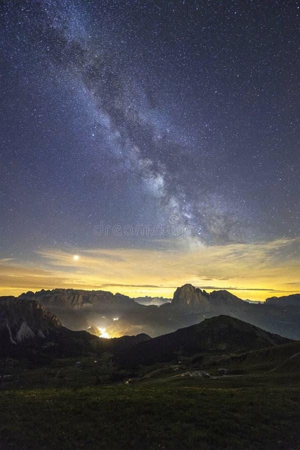 Erstaunliche Milchstraße über dem Berg von Dolomit, Italien stockbilder