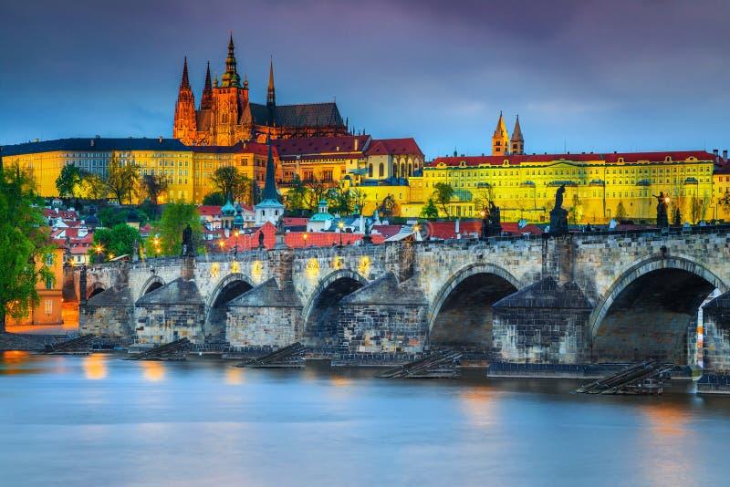 Erstaunliche mittelalterliche Stein-Charles-Brücke und Schloss Prag, Tschechische Republik lizenzfreies stockfoto