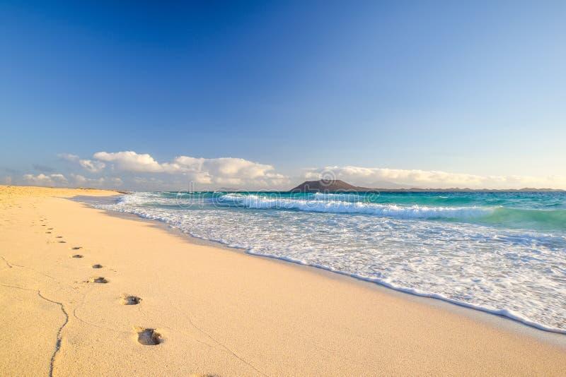 Erstaunliche Morgenansicht der Inseln von Lobos und Lanzarote, das von Corralejo gesehen wird, setzen Grandes Playas de Corralejo stockfotografie