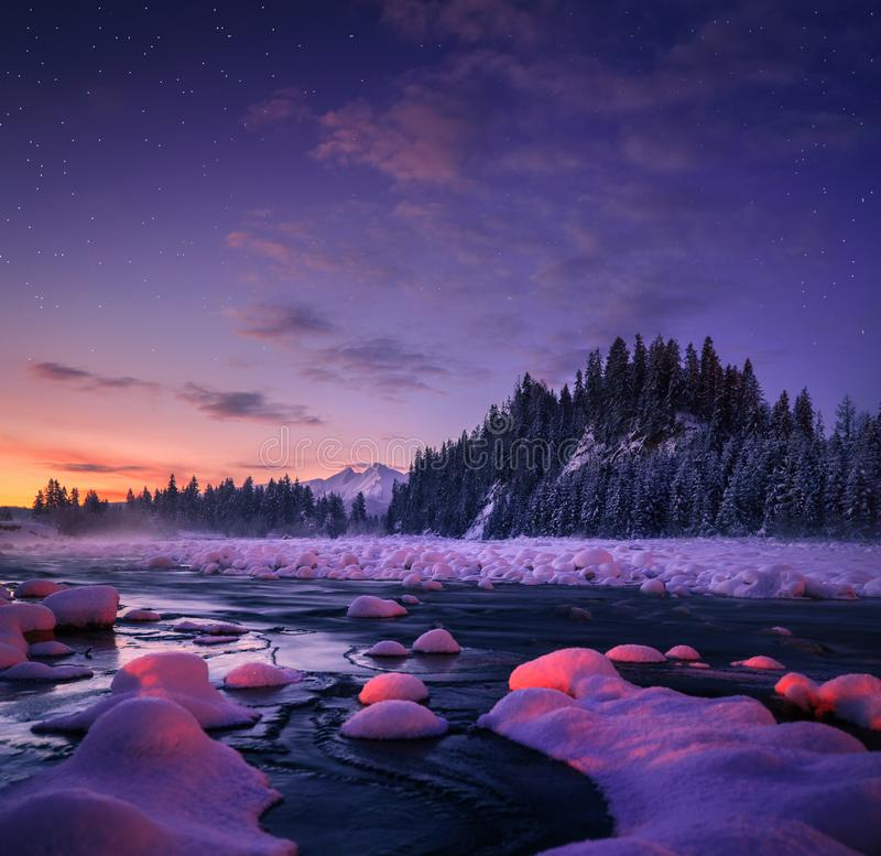 Erstaunliche Nachtlandschaft Schöner Naturhintergrund lizenzfreie stockfotos