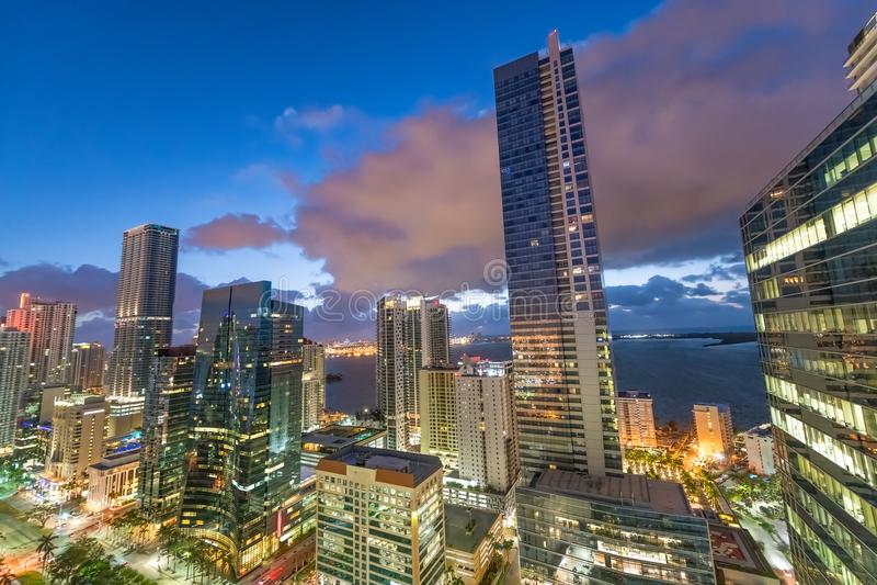 Erstaunliche Nachtlichter von im Stadtzentrum gelegenen Miami-Gebäuden stockfotografie