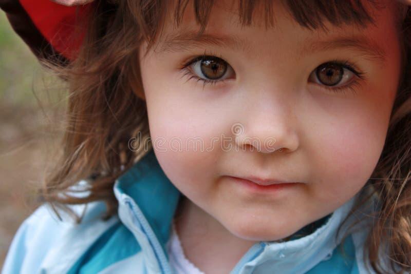 Erstaunliche Nahaufnahme oben des kleinen Mädchens mit braunen Augen stockbild