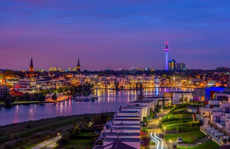 Erstaunliche Panoramasicht auf den Phoenixsee in Dortmund, Deutschland über die City Skyline und den Florian Tower bei Dämmerung  stockbilder