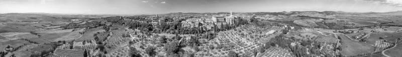Erstaunliche panoramische Vogelperspektive von Pienza und von umgebenden Hügeln, T stockfotos