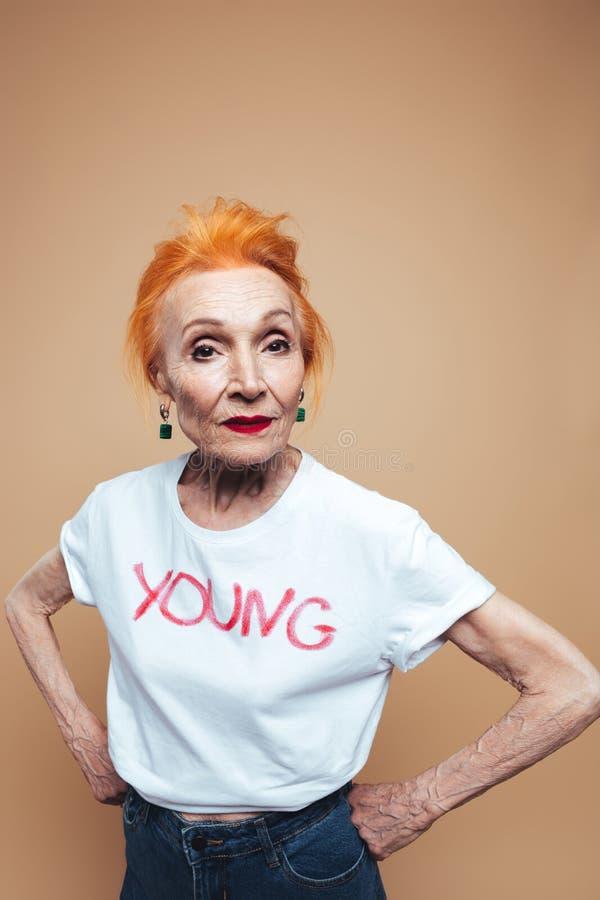 Download Erstaunliche Reife Rothaarigemodefrau Stockfoto - Bild von freundlich, pensionär: 96933536