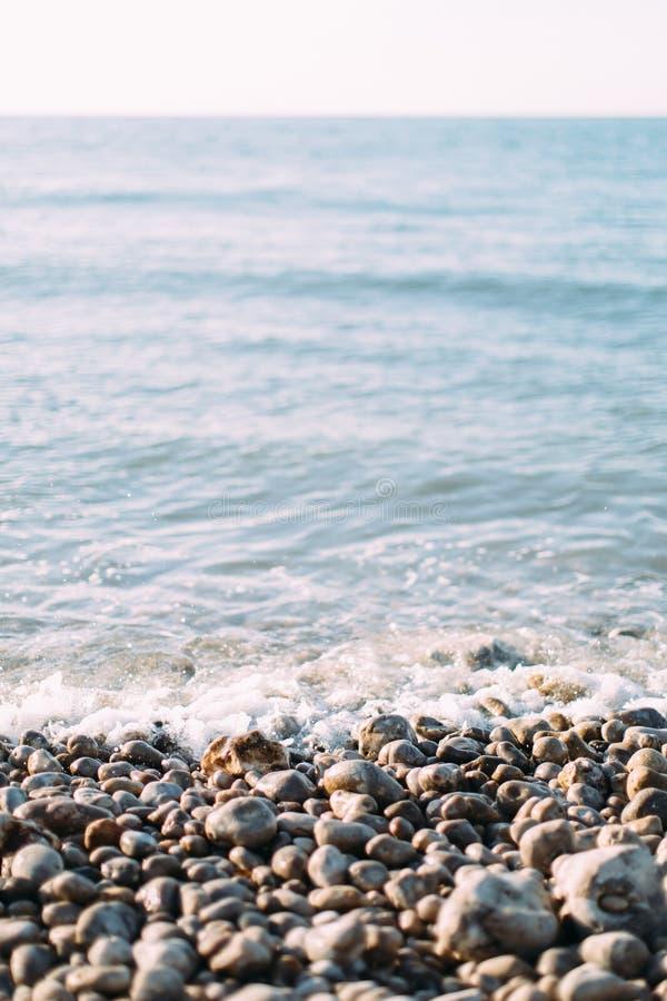 Erstaunliche Reihe von weißen Steinen auf dem Ozean, Etretat, Normandie, Frankreich stockfotografie