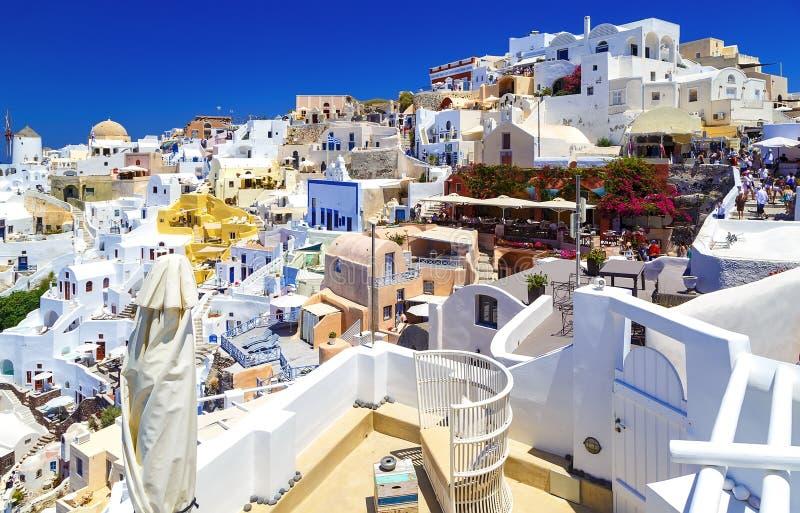 Erstaunliche romantische Santorini-Insel, heller sonniger Tag mit vielen Touristen überall, Griechenland, Europa lizenzfreies stockfoto