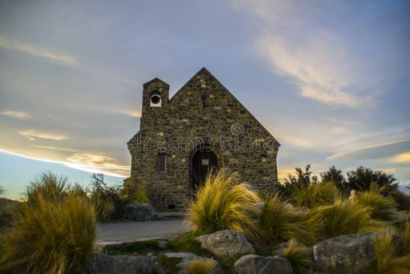 Erstaunliche Sonnenuntergang höchstens schöne Kirche von Der gute Hirte durch See Tekapo, Südinsel, Neuseeland Drastischer Himmel lizenzfreie stockfotografie