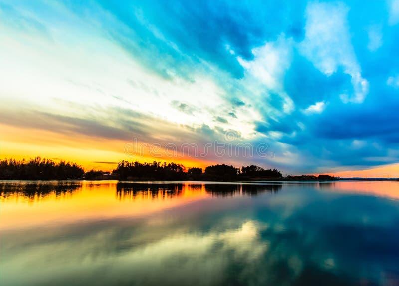 Erstaunliche Sonnenunterganghimmelreflexion auf dem Fluss stockfoto