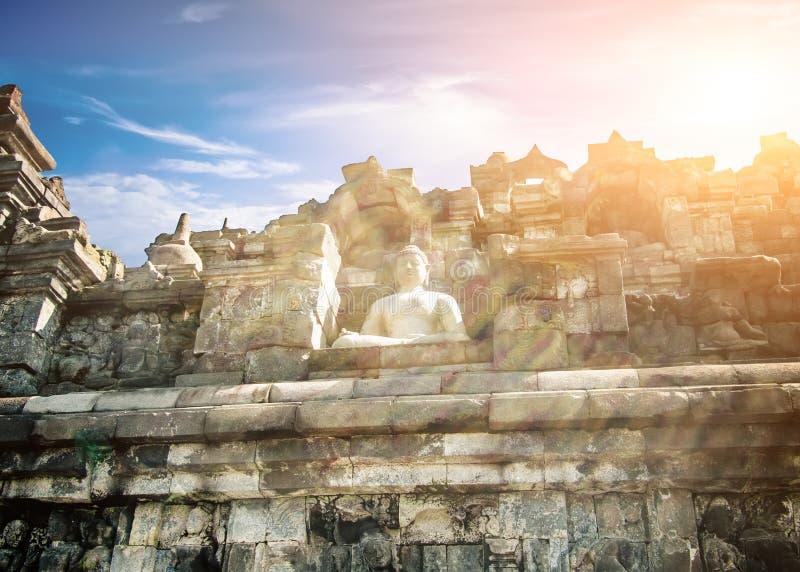 Erstaunliche Statue von meditierendem Buddha im buddhistischen Tempel Java, Indonesien lizenzfreie stockfotos