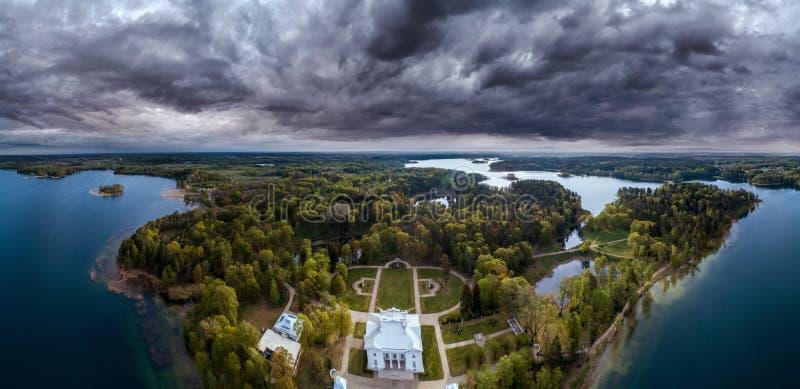 Erstaunliche szenische Panoramavon der luftlandschaft des Landsitzpalastes nahe Wald lizenzfreie stockfotografie