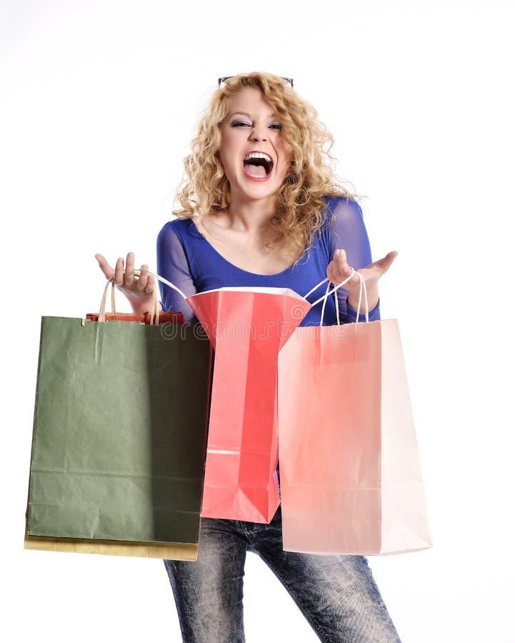 Erstaunliche tragende Einkaufstaschen der jungen Frau lizenzfreie stockbilder